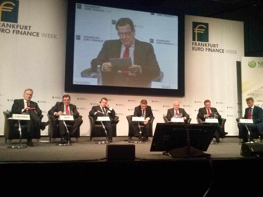 Das erste Panel und die Eröffnung von Gerhard Schröder